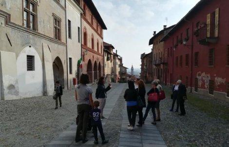 gruppo-di-turisti-a-Saluzzo