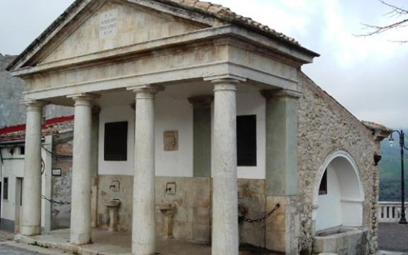 Accadia fontana ottocentesca