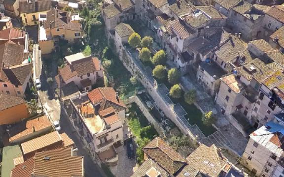 Panoramica aerea del borgo autentico di Roviano