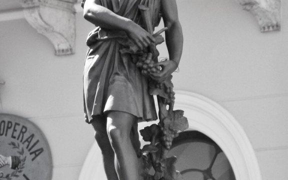 Carovilli-statua-Bacco-Piazza-Municipio