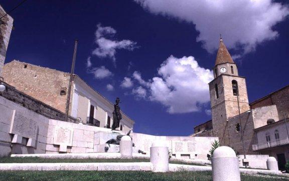 Castelnuovo-della-Daunia-piazza-e-Chiesa-Matrice