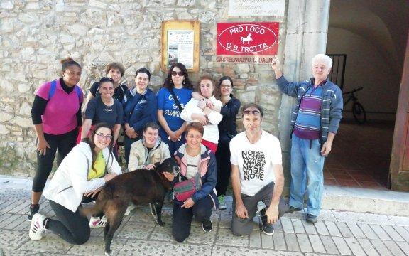 gruppo-di-visitatori-con-la-pro-loco-di-Castelnuovo-della-Daunia