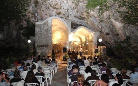Tramonti-esibizione-canora-nella roccia