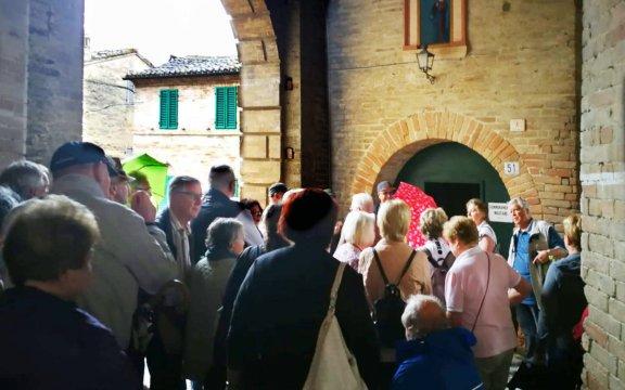 il-gruppo-viene-accompagnato-a-visitare-il-borgo di Carassai