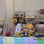 festa nazionale borghi autentici 2008 sauris stand con prodotti tipici del territorio pane formaggio e miele